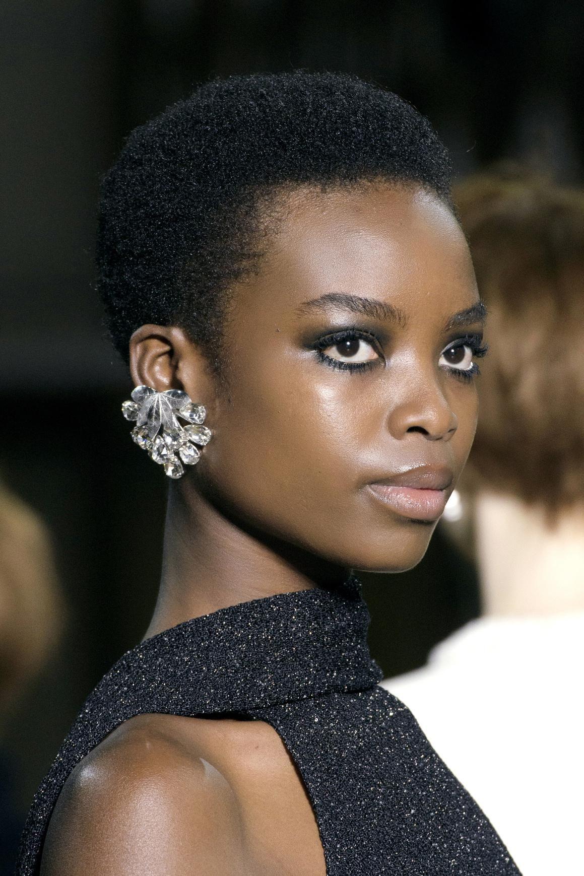 Quel maquillage adopter pour Noël ? | Coupes courtes cheveux afro, Coiffures de filles noires et ...