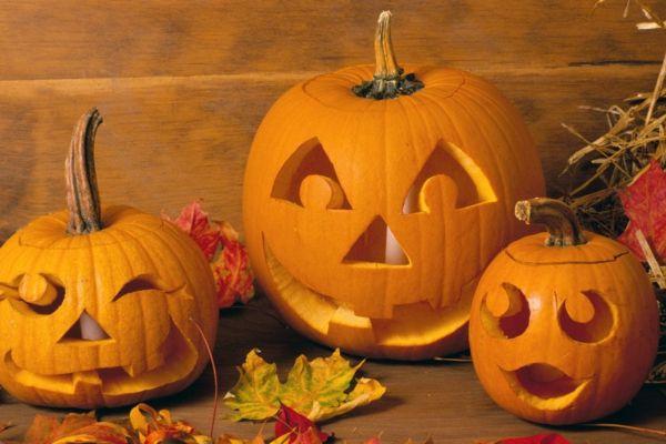 coole halloween k rbis gesichter schnitzen zum basteln. Black Bedroom Furniture Sets. Home Design Ideas