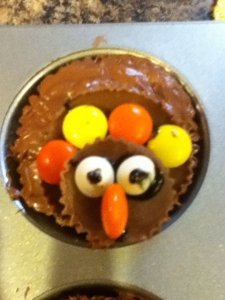 Reese's pieces turkey cupcake. Good for thanksgiving desserts.