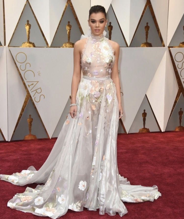 hailee steinfeld at the 2017 oscars
