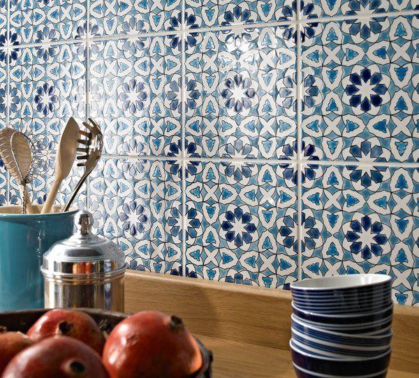 Moroccan tile backsplash ideas blue white ceramic tiles kitchen decorating ideas