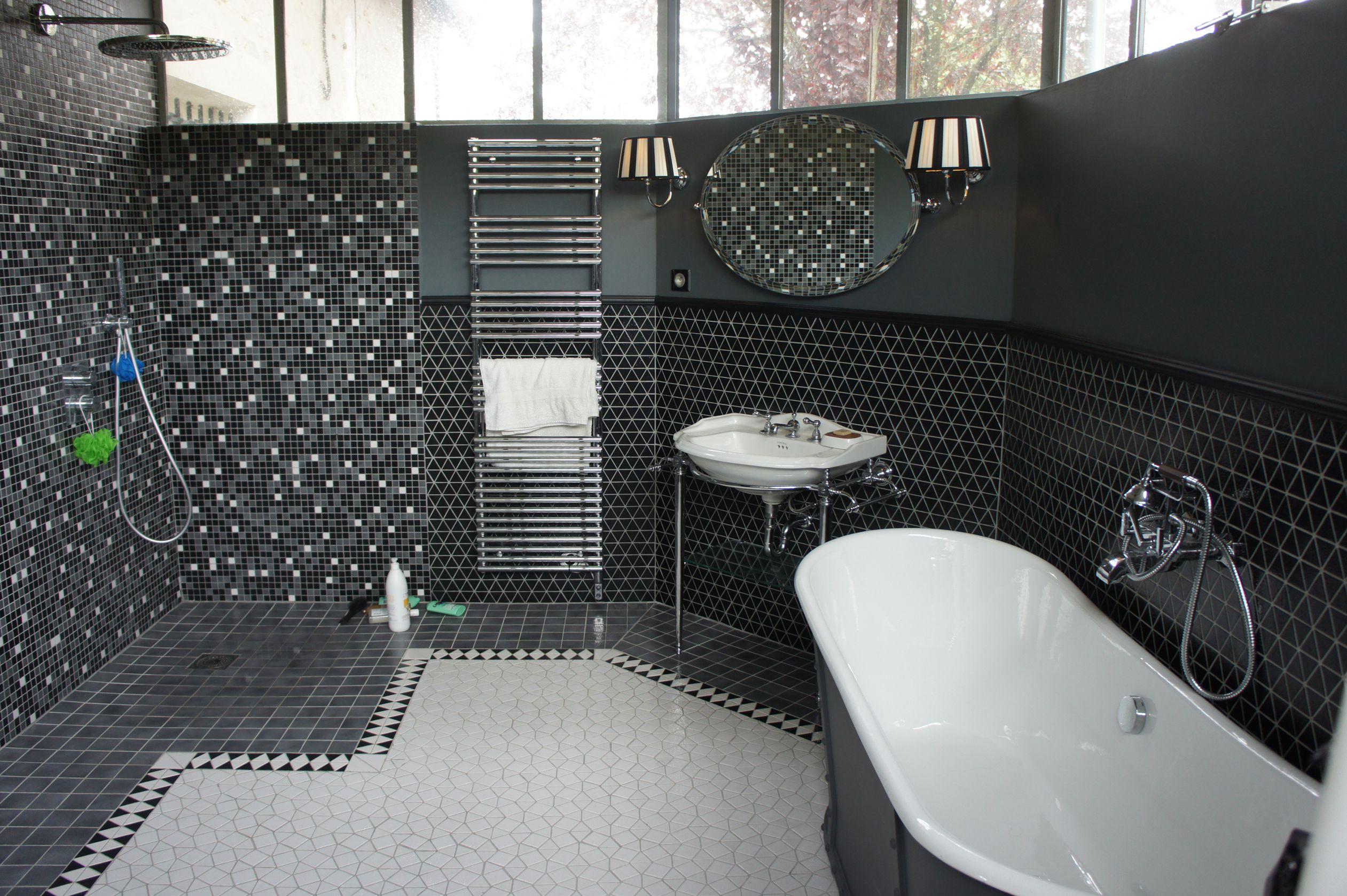 salle de bain entièrement faite en emaux de briare. collection trio