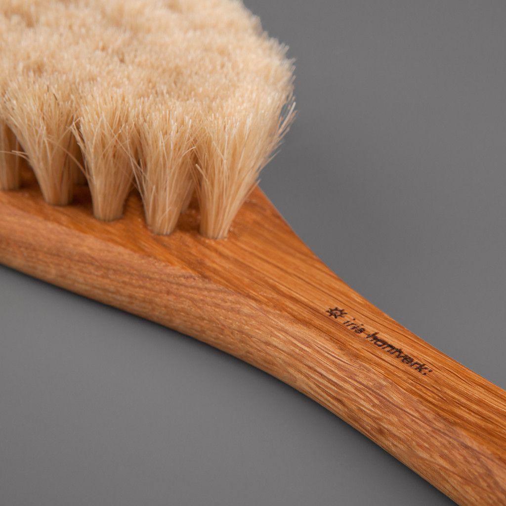 Bath brush in oak and horsehair with handle by Iris Hantverk
