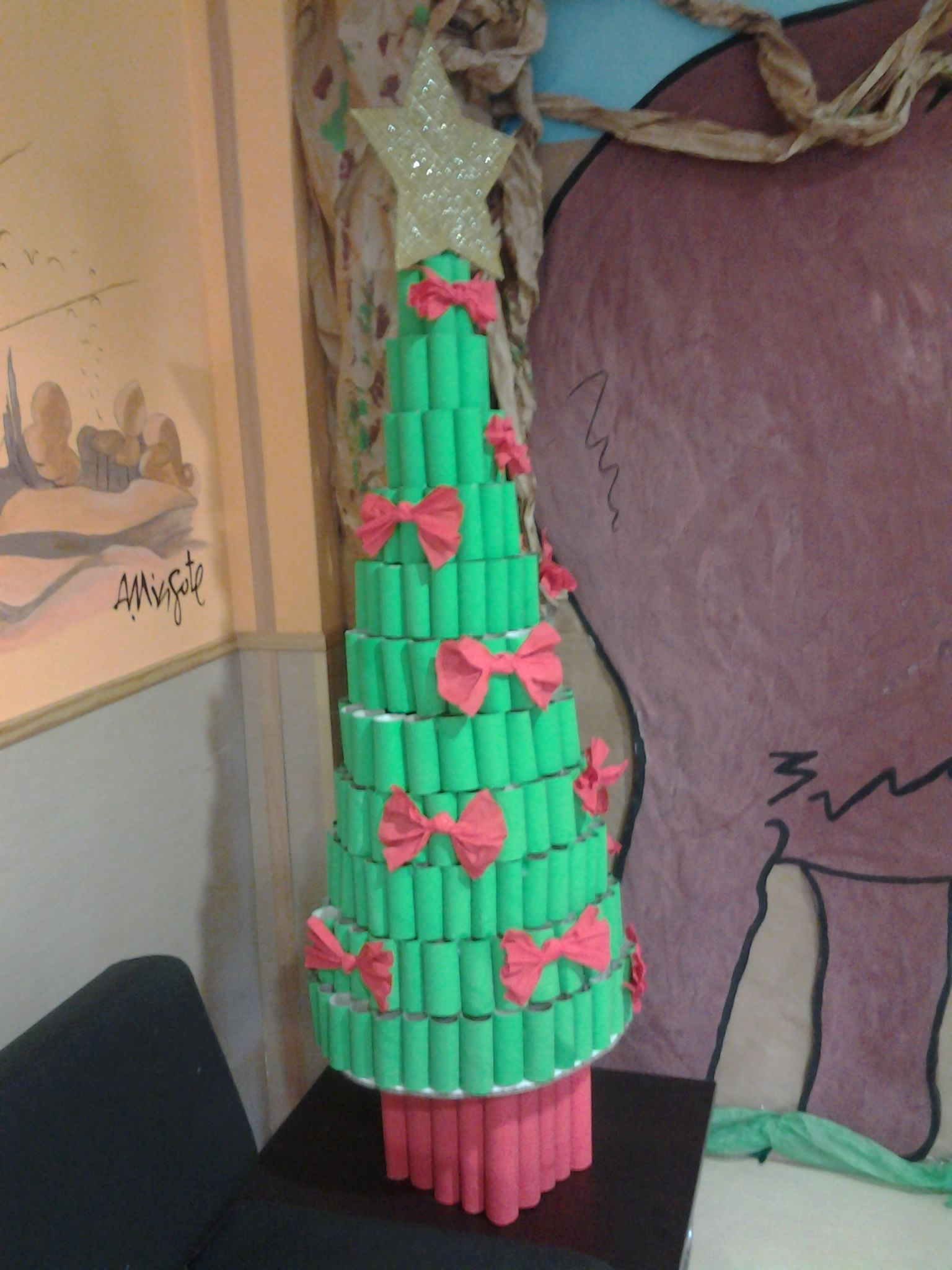 Es Un árbol De Navidad Creado Con Rollos De Papel Higiénico Y De Cocina La Estrella Es De Cartón Y Los Lazos De Papel Pinoc Christmas Crafts Crafts Christmas
