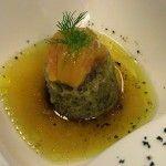 Receta:+Tomate+asado+sobre+borracho+de+olivas+negras+y+consomé+de+anchoas+en+salazón