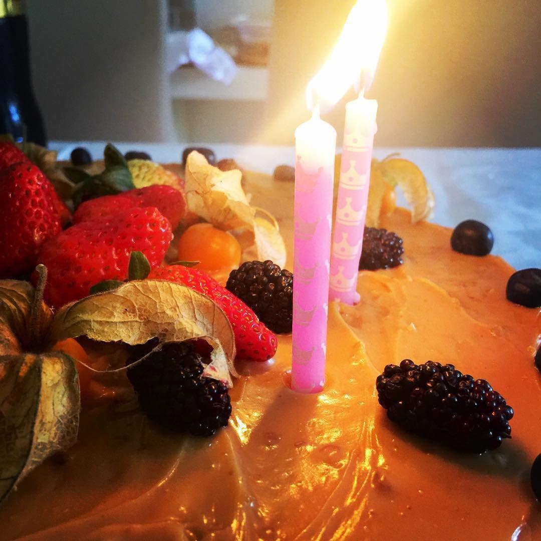 Como esse povo gosta de cantar parabéns !!! Neh!!!????  foto linda tirada despretensiosamente num almoço maravilhoso na casa de amigos muito preciosos.... #amigos #casamento #cakedesign #niteroi #boanoitee #bolodecasamento #cakedesignerniteroi #niteroicomodestino #goodtimes #buenasnoches #bolo #bolobatizado #customcake #photooftheday #cake #brazil #guiadeniteroi #bride #goodnight #news #noiva #weddingcake #smile #cakedesigner #strawberry #blueberries #pie #goodevening #boanoite #docedeleite