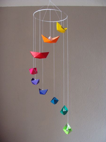 ein echter blickfang f r jeden raum mobile im glitterlook mit 9 booten in leuchtenden farben. Black Bedroom Furniture Sets. Home Design Ideas