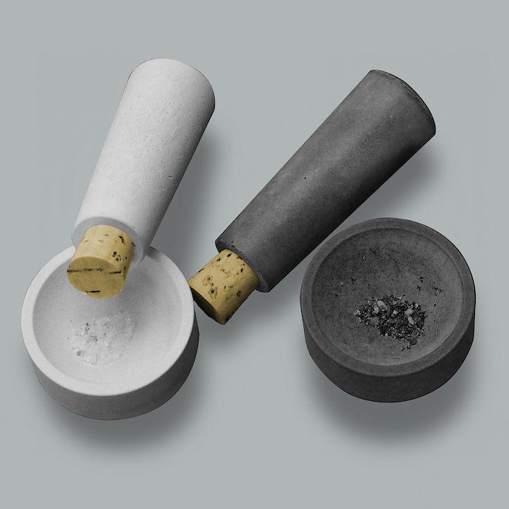 Tischmörser aus Beton von Betoniu: die Gewürze sind im Mörser verborgen und werden ganz frisch bei Tisch zerkleinert und entfalten so ihr optimales Aroma.