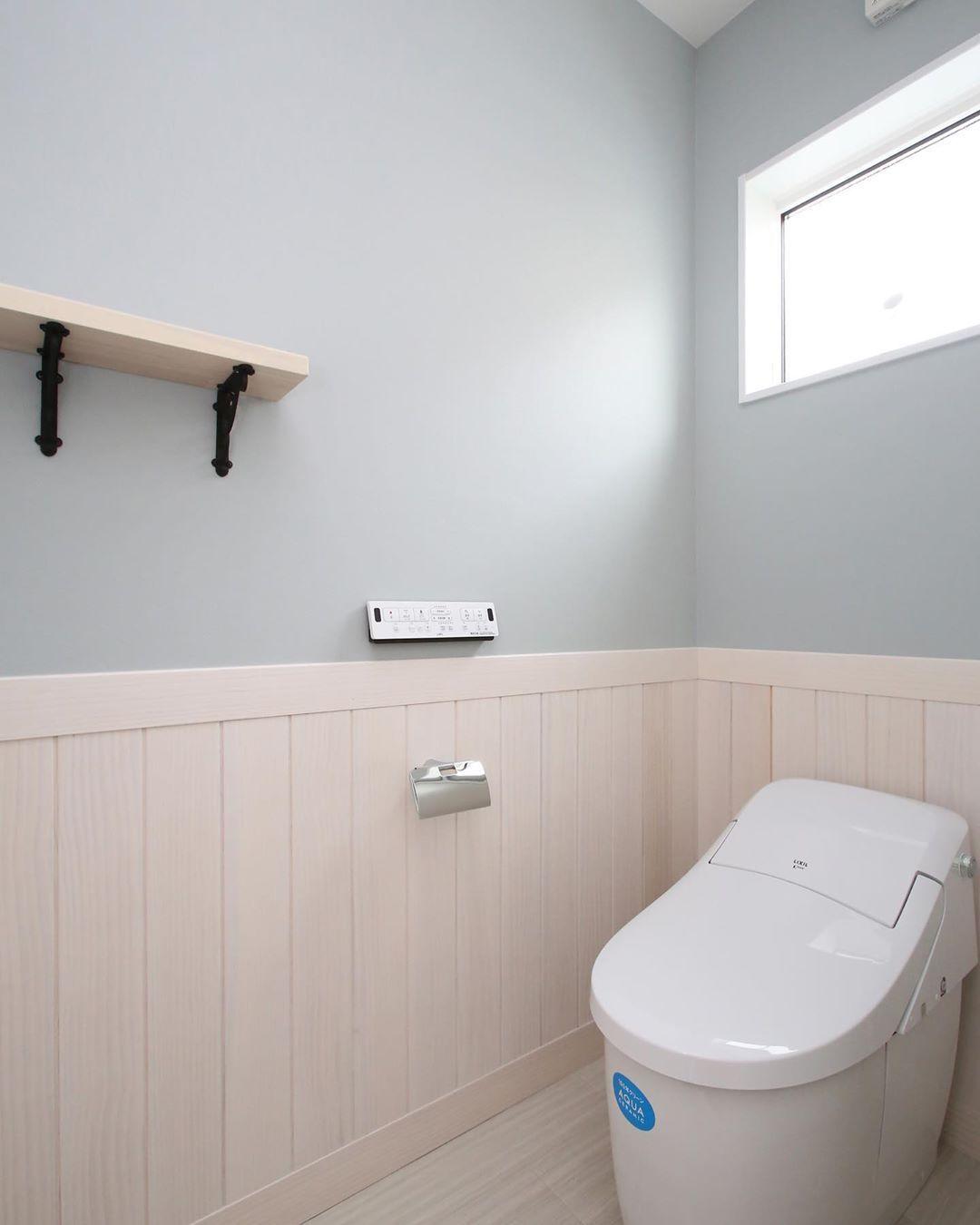 色調を合わせることによって統一感も生まれます くもりガラスを使用した窓から光が入り 明るく可愛らしいトイレに トイレ 腰壁 カントリー タンクレス 壁 家