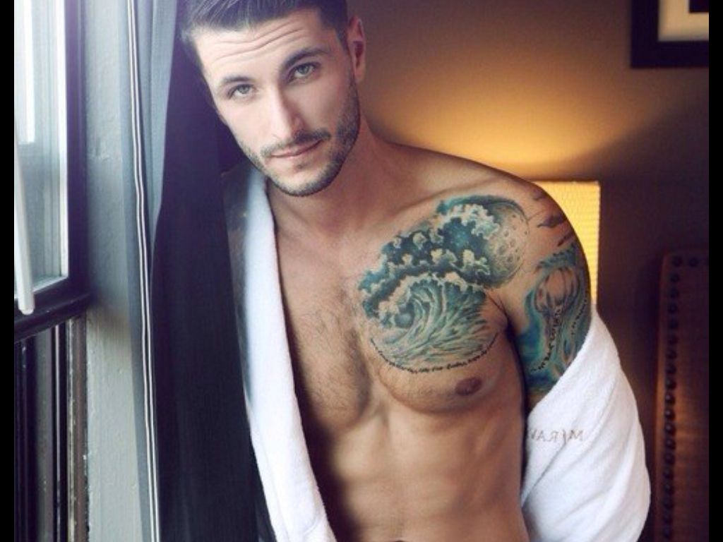 handsome-tattooed-guy-naked