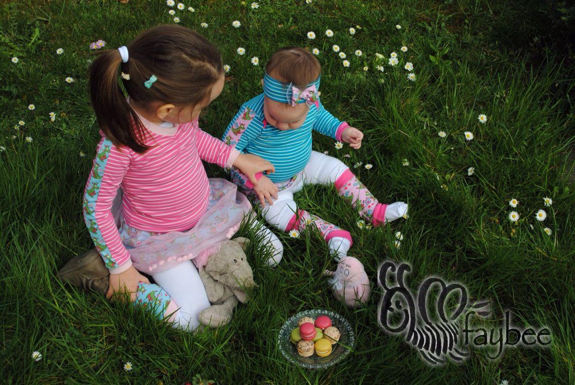 Schnabelinas Regenbogenbody und Stulpen von rosarosa aus Bio Baumwolljersey 'Drachenmädchen rosa/blau und 'Streifen blau/helltürkis und pink/rosa' von Stoffonkel