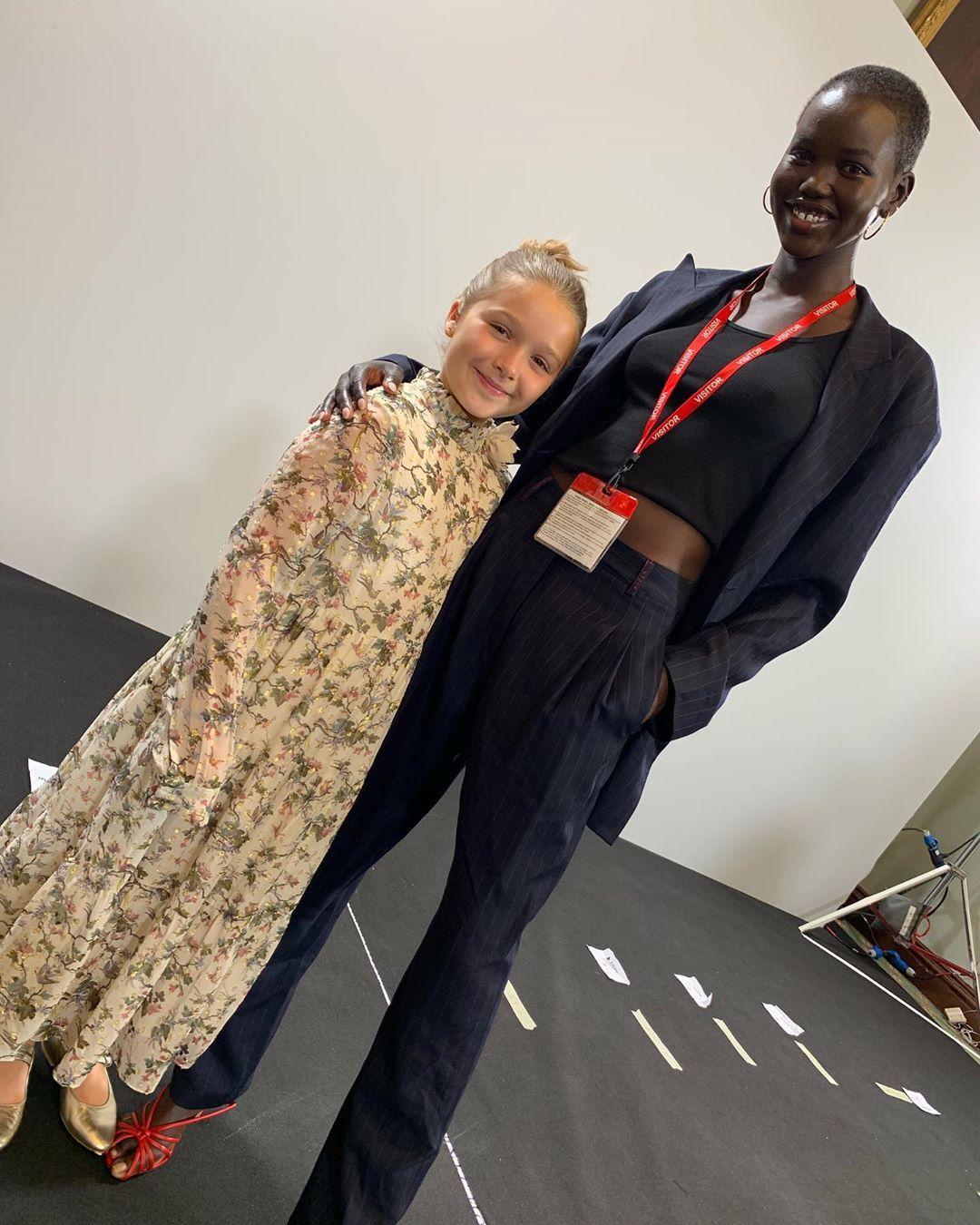 Дочь Виктории Бекхэм Харпер с моделью Адут Акеч