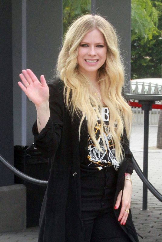 Avril Lavigne At Extra At Universal Studios In Hollywood 02 27 2019