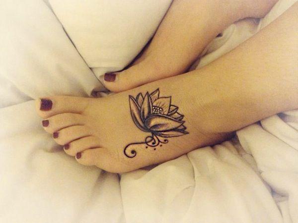 tatouage fleur de lotus fille stylise pied