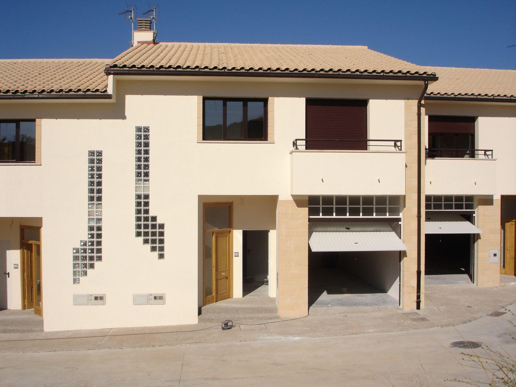 #Edificios #Contemporaneo #Balcon #Recibidor #Exterior #Garaje #Puertas #Muebles de exterior #Fachada #Vidrio #Tejado #Ventanas