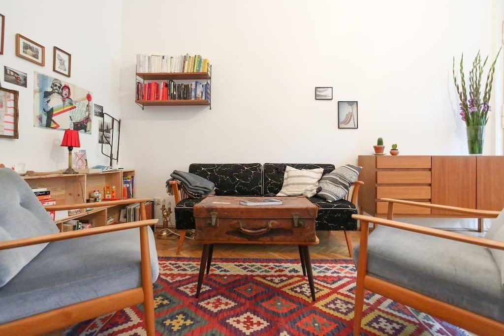 Wunderschönes Berliner Wohnzimmer Mit Bilderwand Alten Koffer Als