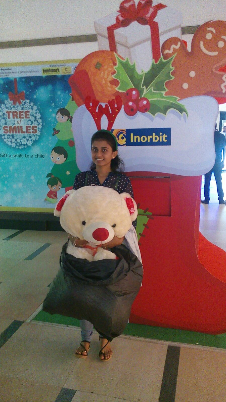 It warms our heart to see Ms Additi play Super Santa to a child #InorbitMakesMeSmile