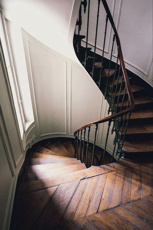 Cuando una curva no es una curva la forja y la madera nos permiten dar forma a las escaleras. Siempre a medida mejor.