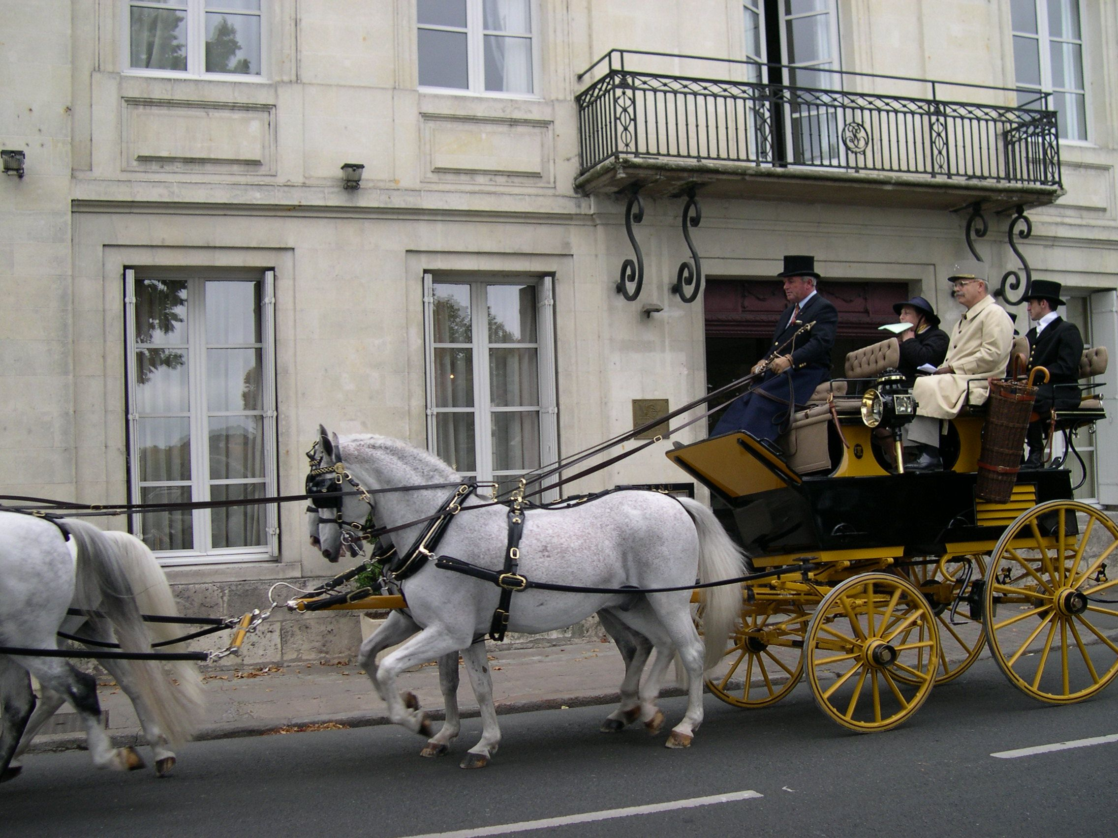#oldschool carriage passing in front the #hotel facade