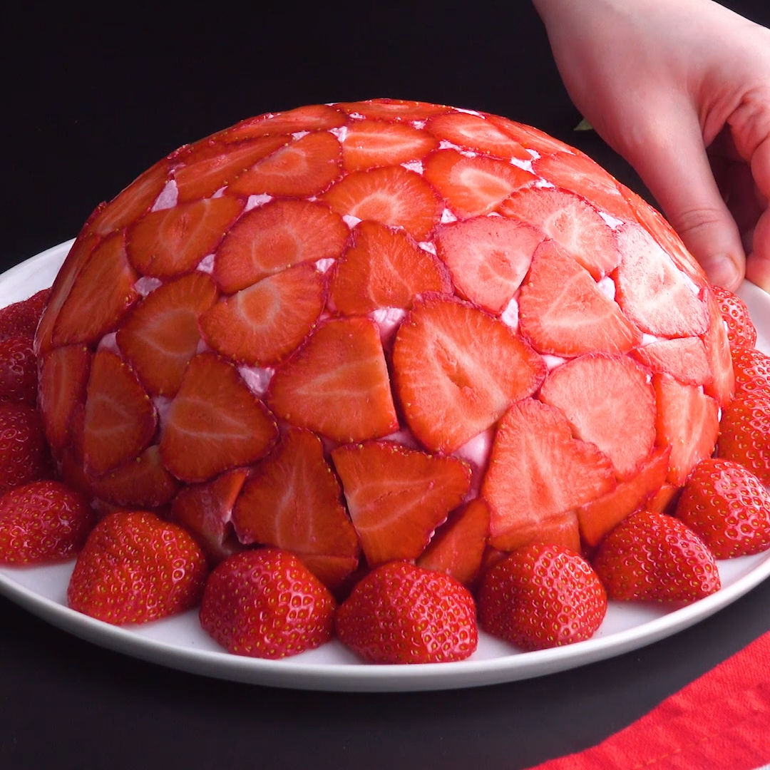 Strawberry Dome: a smooth dessert with lots of fruit #pastel #fresas #mousse #gelatina #cupula#cupula #dessert #dome #fresas #fruit #gelatina #lots #mousse #pastel #smooth #strawberry
