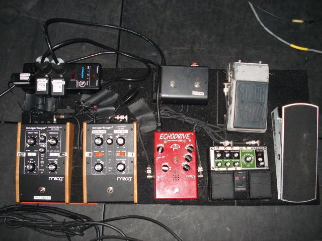 josh homme 39 s pedalboard them crooked vultures guitars pedalboard josh homme guitar rig. Black Bedroom Furniture Sets. Home Design Ideas