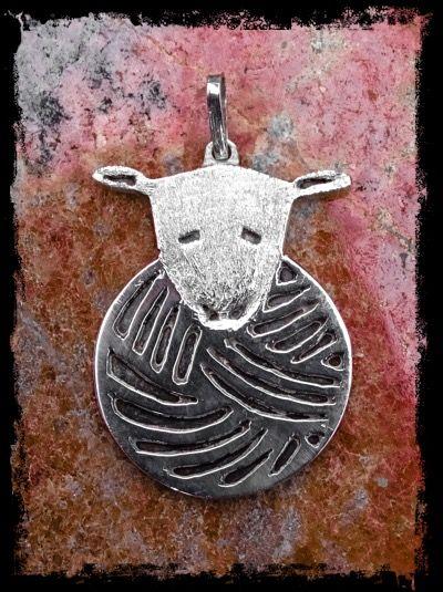 """Zilveren hanger van het logo """"bij tante Betsy""""."""