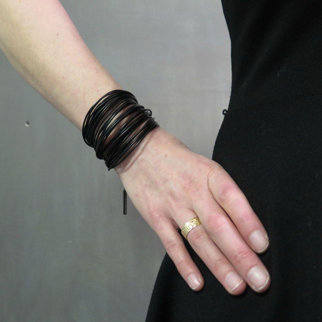 Bracelet en cuir de Marie-Hélène Haché. Bijou fabriqué à la main avec du cuir de haute qualité et de l'étain coulé et poli. Avec sa chaîne d'ajustement, il conviendra à tous les poignets.