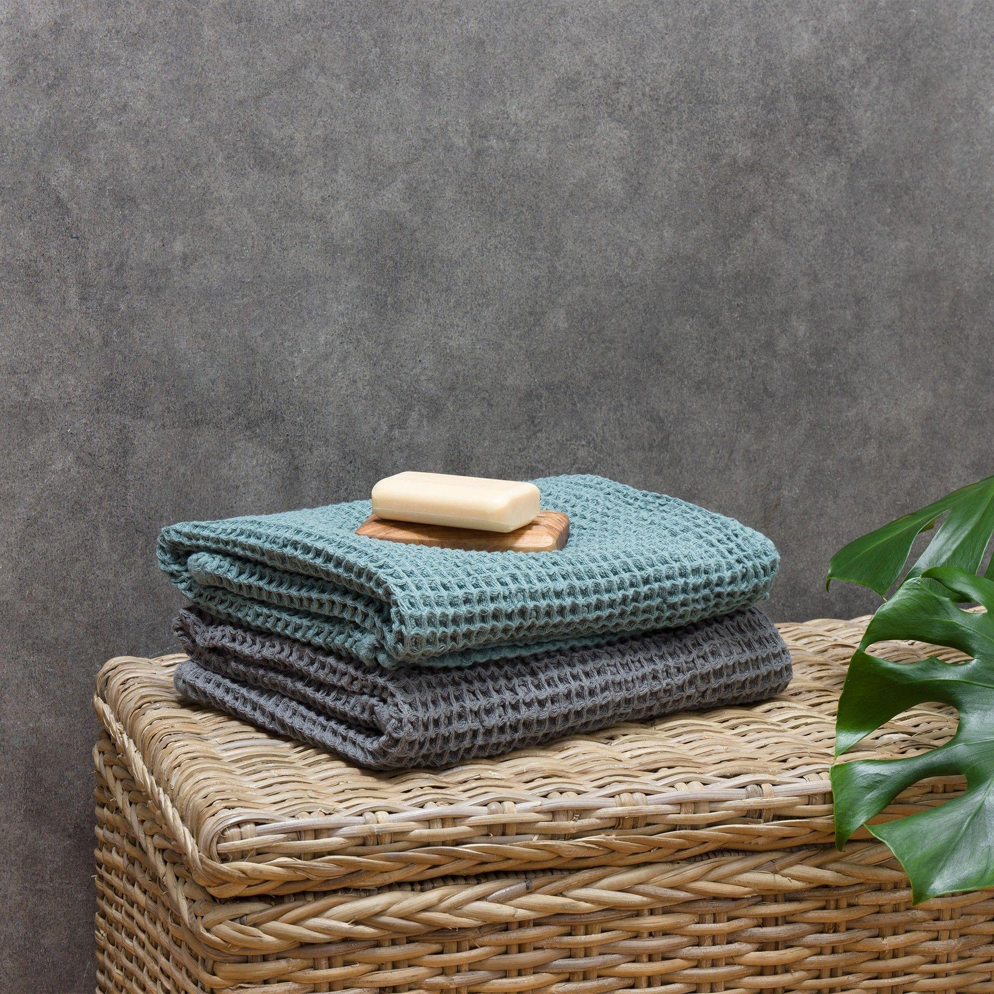Unser Handtuch Mikawa wird von Partnern in Japan in typischer Imabari-Qualität gefertigt. Dafür wird beste Bio-Baumwolle in Waffelpiqué verwoben. Das edle Design führt zusammen mit dem weichen und saugfähigen Material zu einem Handtuch, das keine Wünsche offen lässt.