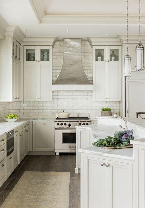 Weiße küche mit metro fliesen und teppichläufer