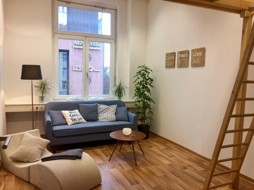 Eine wunderschöne Wohnzimmer Einrichtung: zwei elegante ...