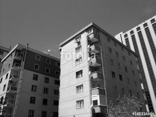Hohe Mietshäuser mit Eckbalkons in Istanbul Erenköy in der Türkei, aufgenommen in klassischem Schwarzweiss