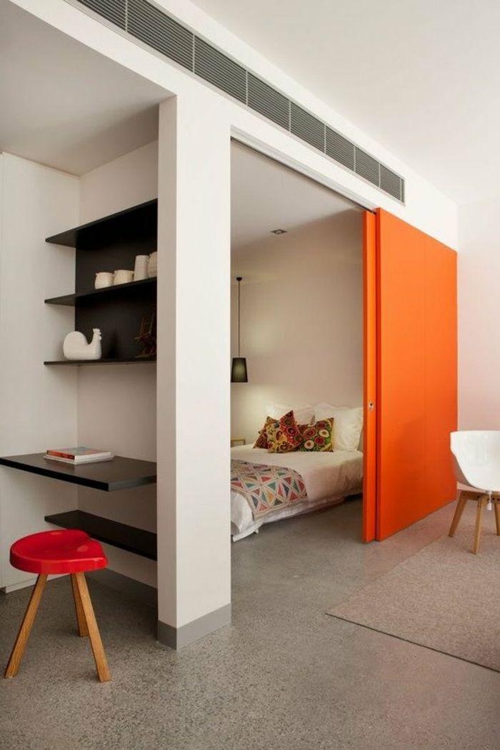drei-kleine-Räume-Raumteiler-orange-Schiebetür-Boho-Stil - wohn und schlafzimmer