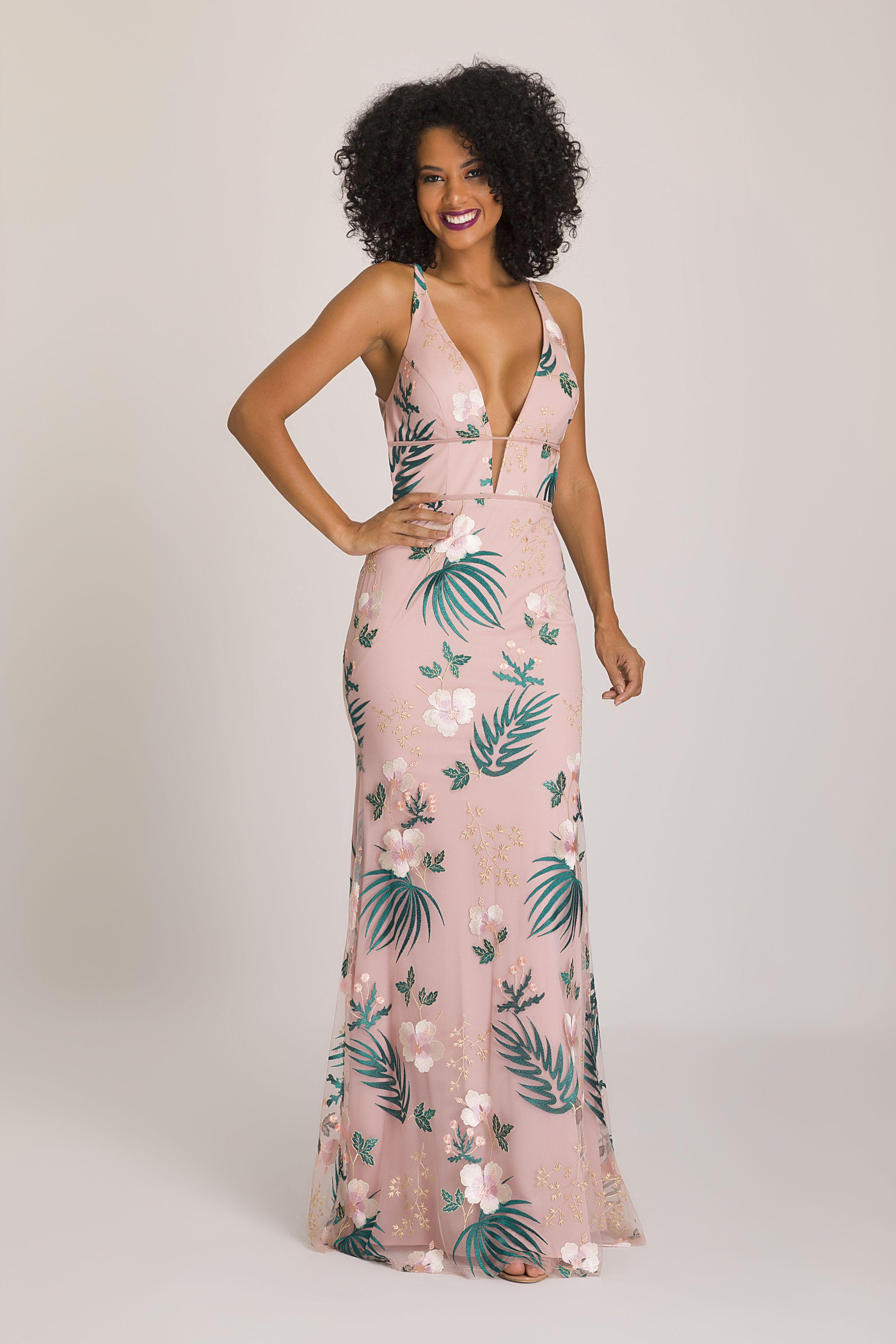 d714a0ce5 Vestido Floral Hib: Vestido longo em tule bordado multicolorido, com  motivos florais, busto com decote em V, trabalho transpassado de tiras nas  costas ...