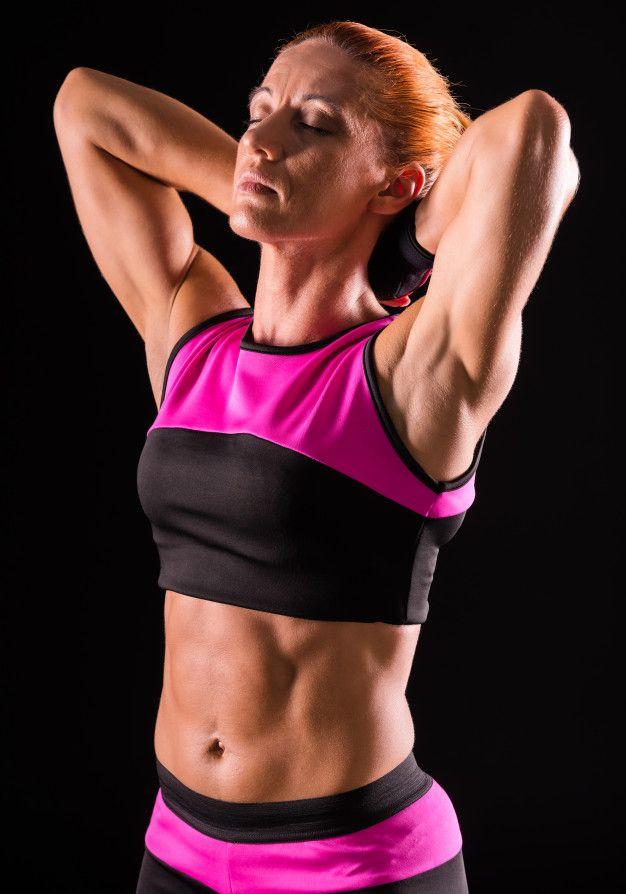 A mulher muscular do bodybuilder está es...   Premium Photo #Freepik #photo #pessoas #mulher #esport...
