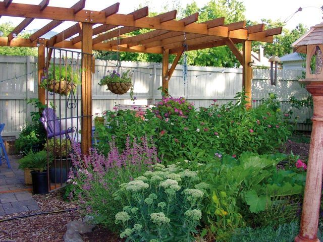 kleingarten ideen holz pergola zierpflanzen blumenampel | Favoritos ...