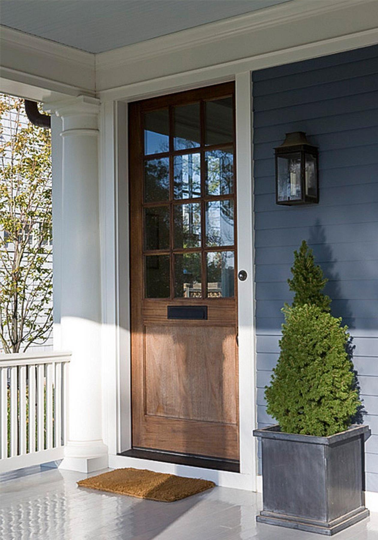 Фасад дома белый коричневая дверь фото