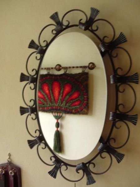 ausgefallener Spiegel mit Metallrahmen