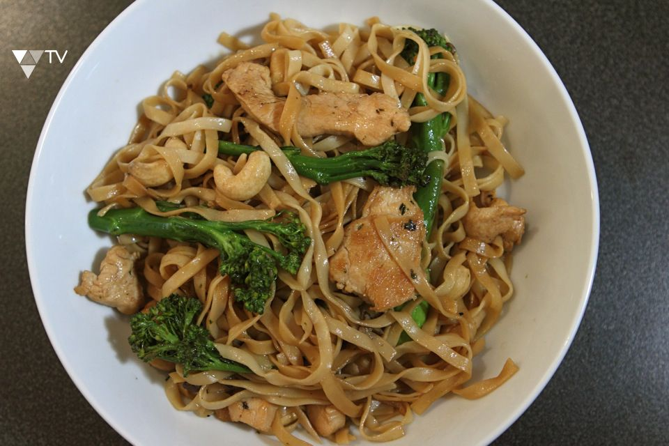 Try this Chicken Stir Fry, a great midweek meal that is delicious, nutritious, filling and quick to make! #RealFood http://vitalitytv.com/eat/448/chicken-stir-fry/