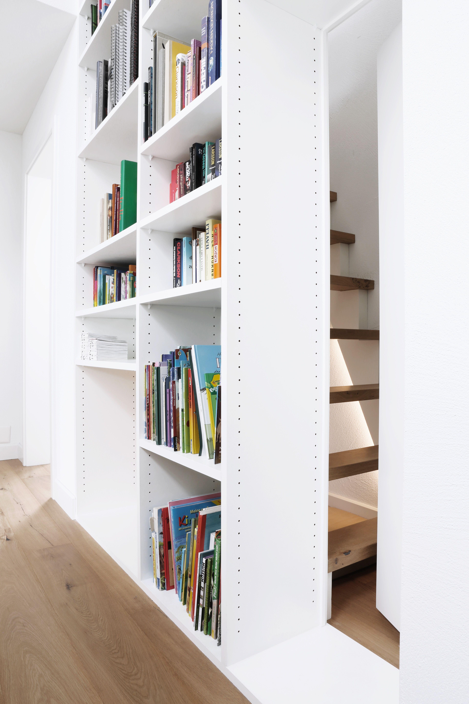 Schön Hinter Unserem Bücherregal Führt Eine Steile, Versteckte Treppe  Hinauf Zum Estrich Und Bildet Gleichzeitig