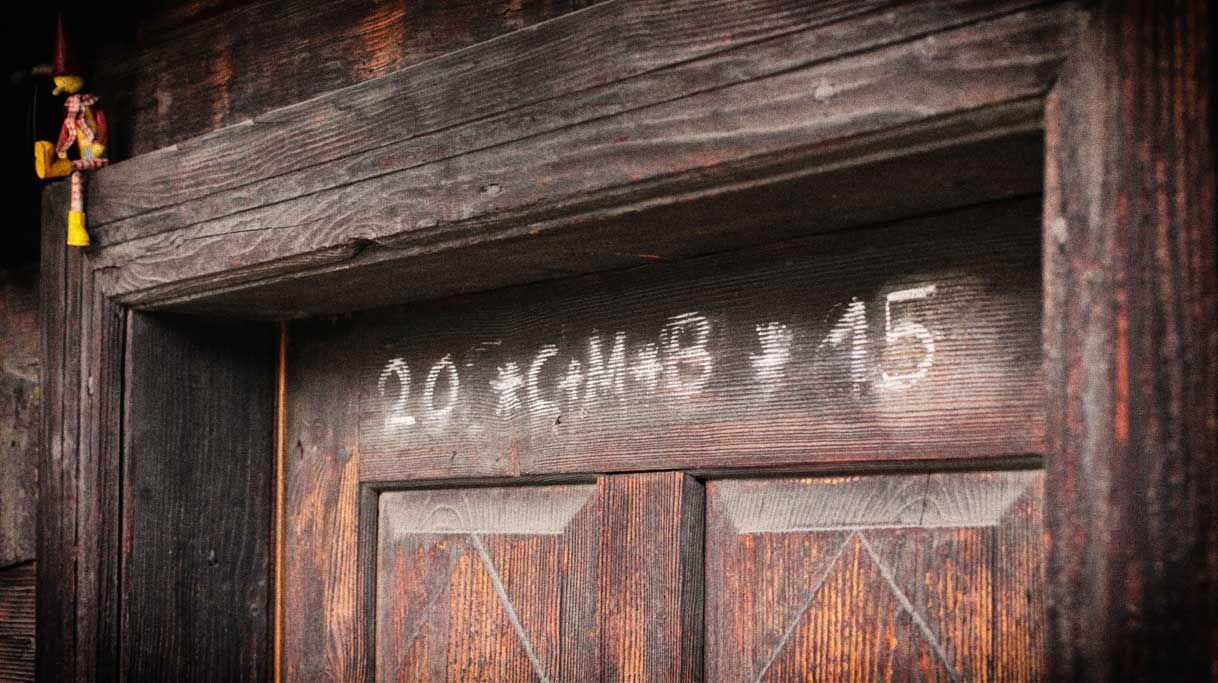 Segensspruch Hl. 3 Könige an einer alten Haustür.