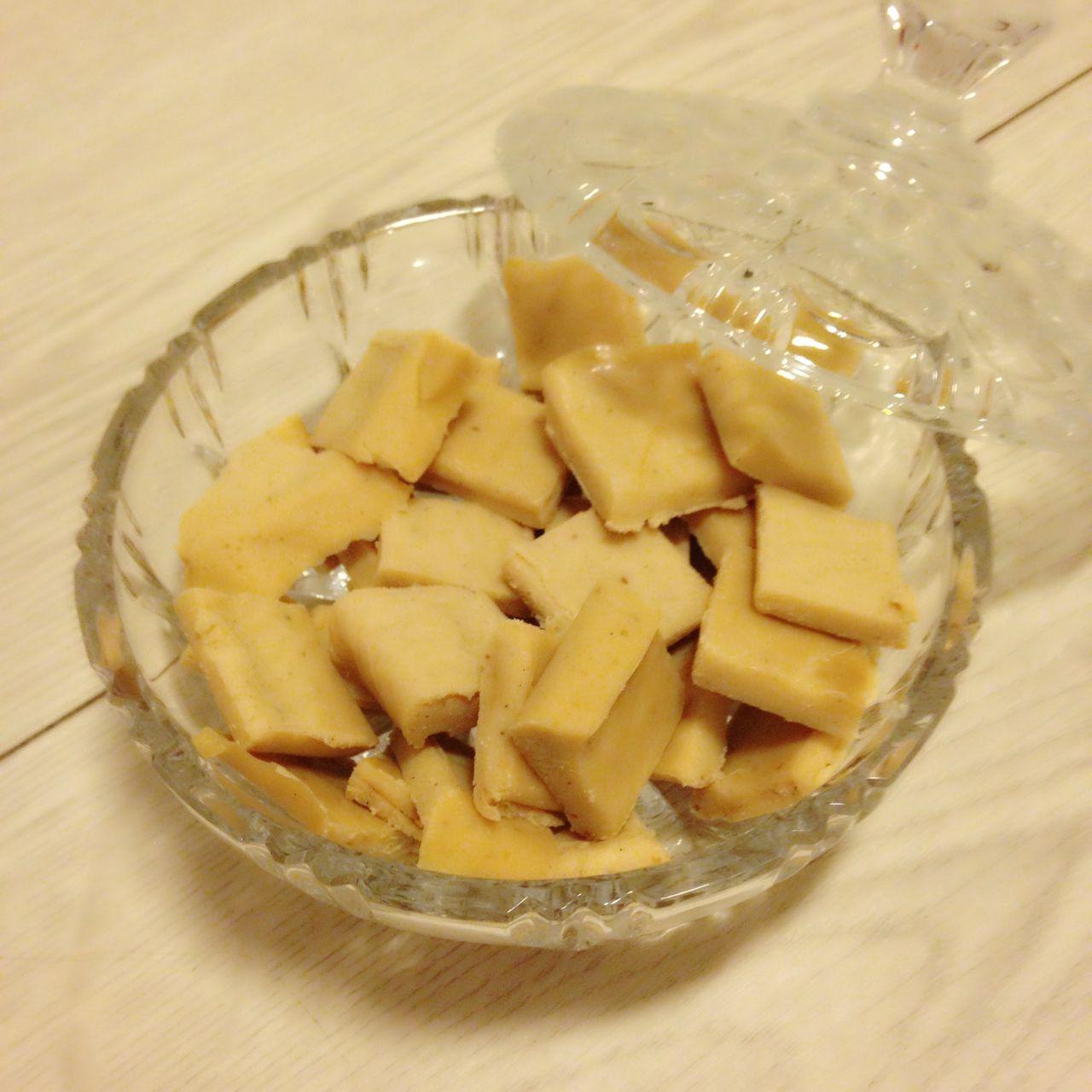 deilige fløtekarameller - fudge - karameller (kjært barn har mange navn) og såklart uten sukker Her kommer oppskriften til to brødformer: 4 dl fløte 100 gram smør 2 ts ...