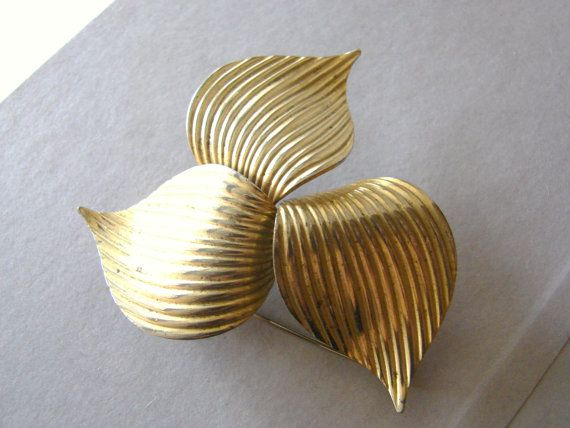 Vintage large gold Sarah Coventry pinwheel brooch by fayebella, $7.00