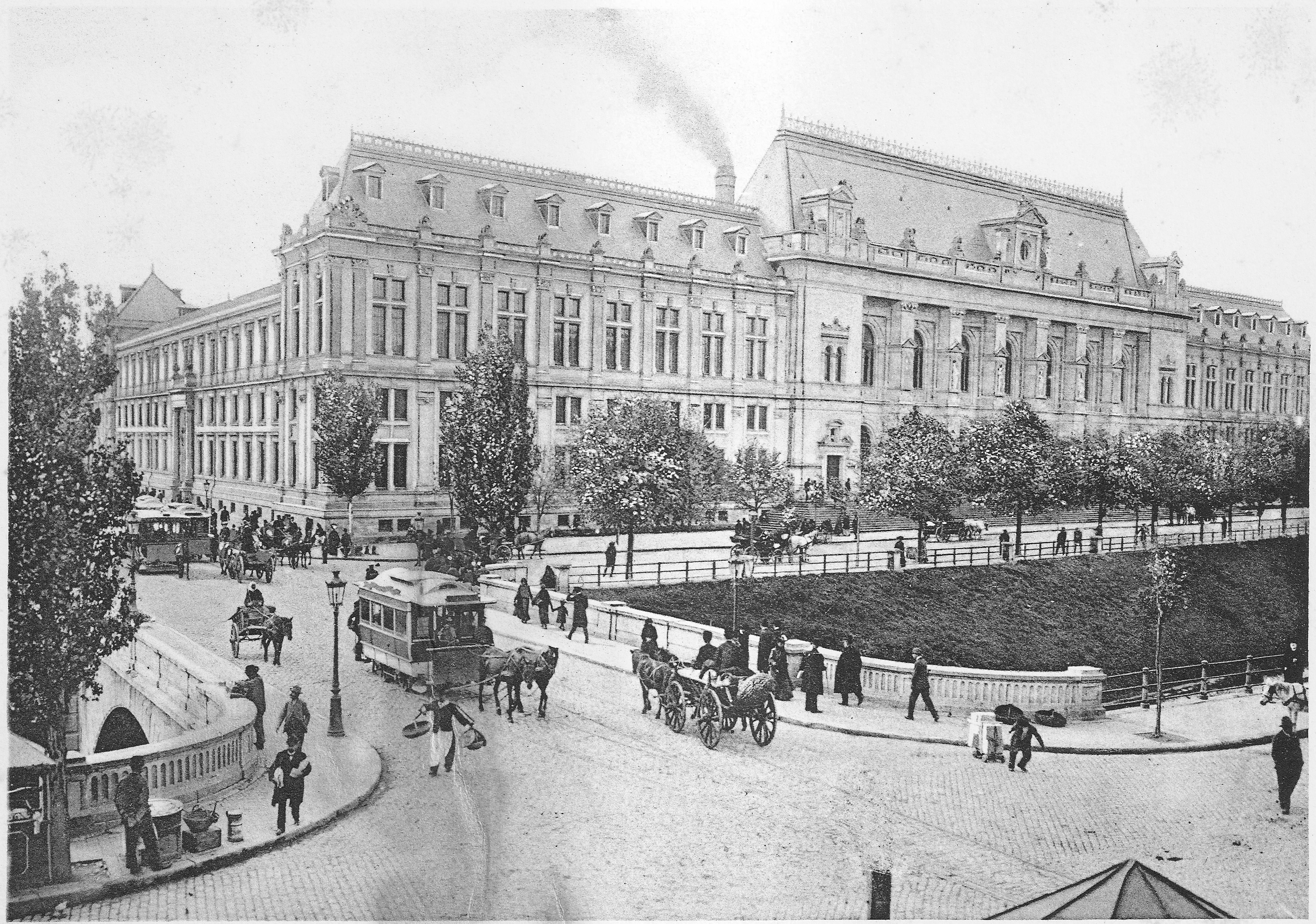 De-a lungul anilor, în București s-au construit numeroase monumente deosebite. Unele dintre ele au supraviețuit trecerii timpului; altele au dispărut - unele dintre ele victime ale cutremurelor sau bombardamentelor care au afectat capitala în secolul XX; altele au ajuns pe lista de demolări a regimului comunist și n-au mai putut fi salvate. Am alcătuit aici o listă scurtă a câtorva dintre monumentele deosebite din capitală: cinci dintre ele sunt încă în picioare și pot fi admirate și astăzi…