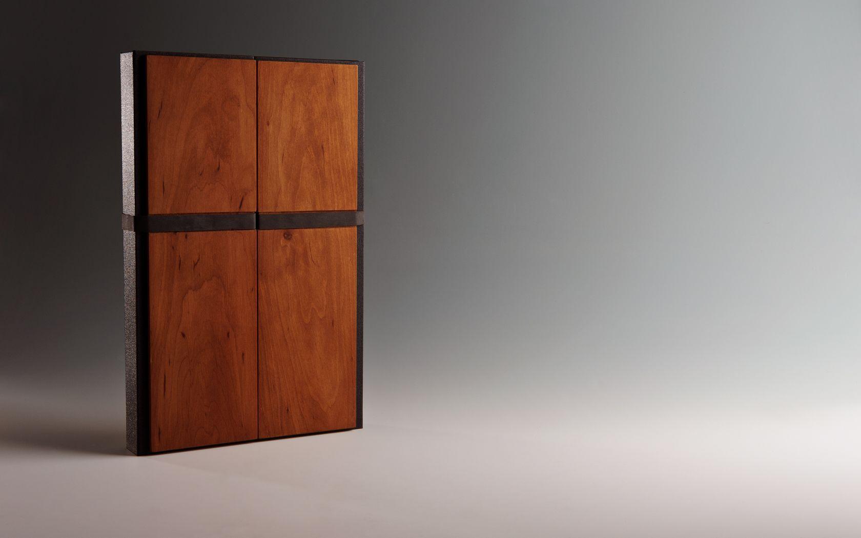Die aus Karton gefertigte Box ist vollflächig überzogen und hat auf dem Deckel als auch auf dem Boden eien Kachierung von handpoliertem Erlenholz erhalten Idee, Konzept und Ausführung in Zusammenarebit mit der Buchbinderei Köll.