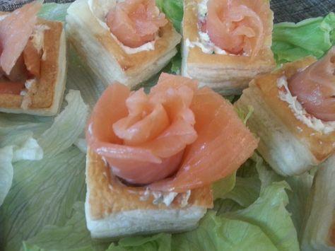 El salmón ahumado viste de gala cualquier aperitivo. Como muestra estos canapés del blog COCINA CON MARINA.