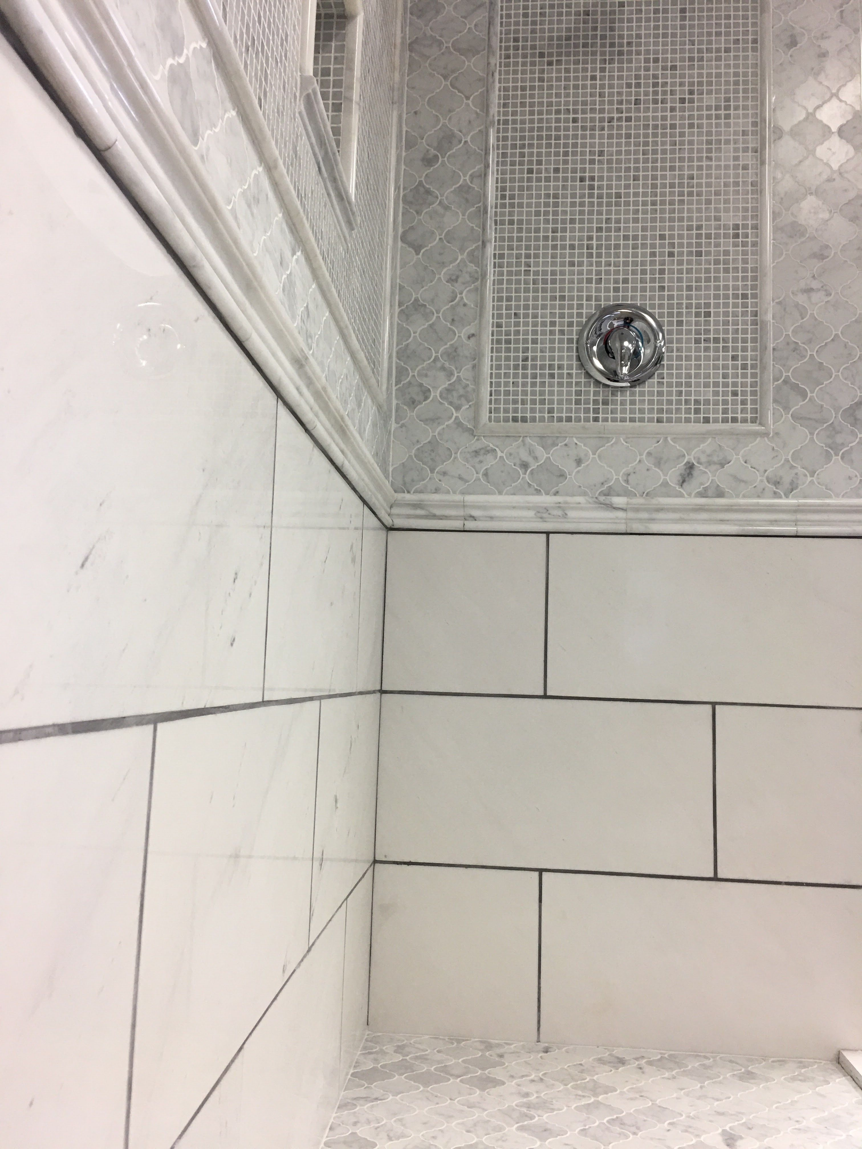 Beautiful Marble Shower Tile Ideas Arabesque Shower Floor 5 8 Square Mosaic Bordered By Bianco Carrara Mar Shower Floor Tile Gray Bathroom Decor Shower Tile