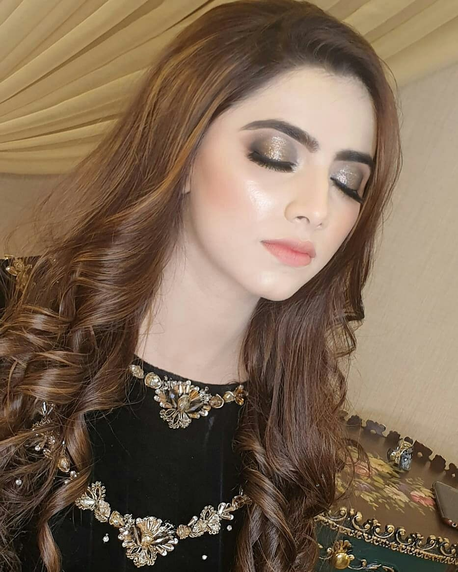 Pin By Zara On Lovely In 2020 Party Makeup Pakistani Bridal Makeup Long Hair With Bangs