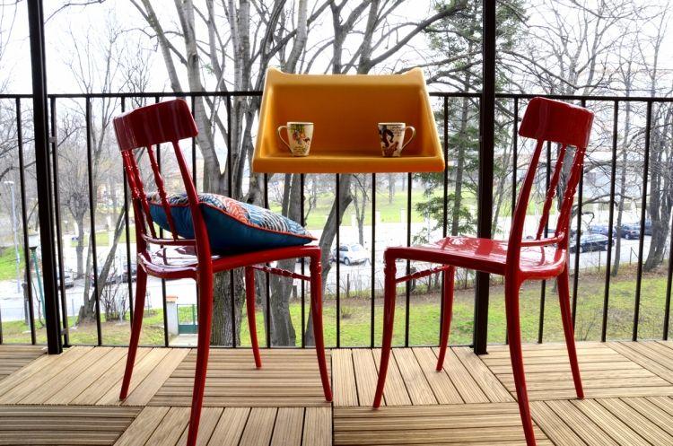 balkonmobel-kleinen-balkon-platz-mobiler-balkontisch-gelaender