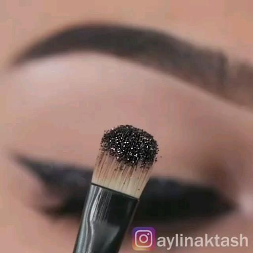 Maquiagem delineado com glitter Veja outras inspir