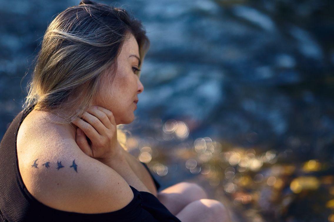 Retrato Feminino/luz natural/ tattoo/ Ana Viana Fotografia
